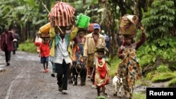 Internally displaced Congolese carry their belongings as they flee to safety, fearing renewed clashes between government forces and rebels in eastern Democratic Republic of Congo, May 21, 2012.