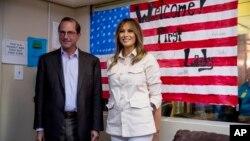 Đệ nhất Phu nhân Melania Trump và Bộ trưởng Y tế và Dịch vụ Nhân sinh Alex Azar tại Trung tâm Giáo dục Hy vọng mới cho Trẻ em ở McAllen, Texas, ngày 21/6/2018