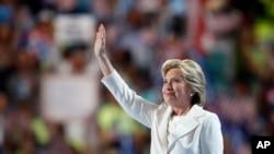 힐러리 클린턴 전 국무장관이 28일 민주당 전당대회에서 대통령 후보 수락연설을 마친 후 손을 흔들고 있다.