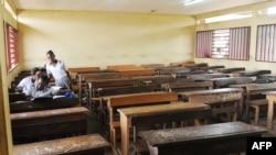 Les étudiants dans une salle de classe vide à Libreville le 5 janvier 2016