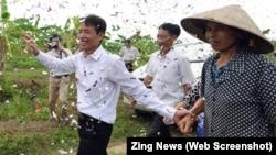 Nhiều người đã dang rộng vòng tay và bắn pháo giấy đón ông Đoàn Văn Vươn trở về nhà ở Hải Phòng hôm qua, 31/8.