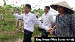Petani ikan Vietnam, Doan Van Vuon (kiri) menerima sambutan meriah dari warga di desanya (foto: dok).