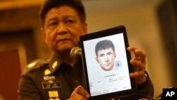 Phát ngôn viên cảnh sát Thái Lan Trung tướng Prawuth Thavornsiri công bố hình ảnh của một trong ba người đàn ông Thái có liên quan đến vụ nổ bom tại Bangkok.