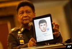 Trung tướng Prawut Thavornsiri, người phát ngôn của Lực lượng Cảnh sát Quốc gia Thái Lan, công bố hình ảnh một trong những nghi can bị truy nã, ngày 1/9/2015.