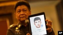 泰国警方发言人展示当局新通缉的三名嫌疑人之一的图像。(2015年9月1日)
