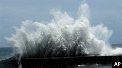 """7月12日台灣正面臨颱風""""蘇力""""襲擊 海岸擊起巨浪。"""