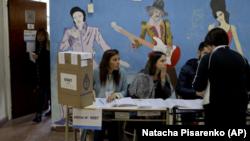 Una mujer presenta sus documentos para votar durante las elecciones legislativas de Argentina, en Buenos Aires el domingo 22 de octubre de 2017.