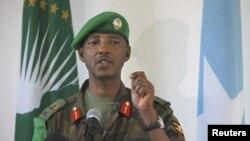 Kamanda mkuu wa majeshi ya AMISOM Meja Jenerali Fred Mugisha akiongea na waandishi wa habari wa Somalia katika mji mkuu Mogadishu.