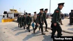 북한의 서해 북방한계선(NLL) 포 사격으로 남북간 긴장감이 고조되고 있는 가운데 , 1일 백령도 여색선에서 휴가 복귀 한국군 장병들이 내리고 있다.
