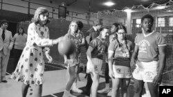 '스페셜올림픽'을 창설한 유니스 케네디 슈라이버 여사가 1975년 2월 뉴욕의 장애인 학교에서 지적장애 학생들과 농구를 하고 있다.