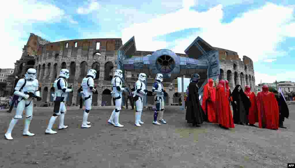 """Para anggota klub penggemar film 'Star Wars' merayakan hari """"Star Wars"""" di depan Colosseum di kota Roma, Italia."""