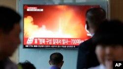 """Pyongyang señaló que el misil disparado el domingo fue un """"nuevo cohete balístico estratégico de alcance medio tierra-tierra Hwasong-12""""."""