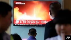 Người dân Hàn Quốc xem một chương trình thời sự nói về vụ phóng tên lửa của Bắc Hàn hôm 14/5.