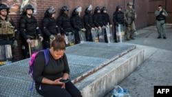 Polisi masih berjaga di pertokoan di kota Baltimore, Maryland yang sebelumnya dilanda kerusuhan disertai penjarahan, Rabu (29/4).