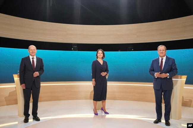 Kandidat rektor Olaf Scholz (SPD), Annalena Baerbock (Partai Hijau) dan Armin Laschet (CDU) berdiri di studio TV di Berlin, 12 September 2021. (Foto: AP)