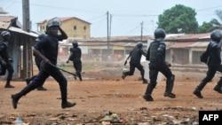 La police antiémeute intervenant dans un quartier de Conakry, en Guinée, le 21 novembre 2017.