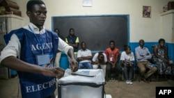 Botangi ya ba bulletins de vote nsima ya maponami, na Lubumbashi, RDC, 30 décembre 2018.