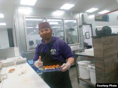 Nur Cholis, pemilik bisnis waralaba makanan Jepang, sushi, di negara bagian Maryland (dok: Nur Cholis)