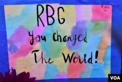 """""""RBG, Bà đã thay đổi thế giới!"""" - Tranh vẽ và thông điệp do công chúng để lại bên lề đường đối diện với Tối Cao Pháp viện Hoa Kỳ."""