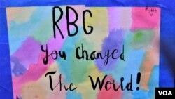 """Một tấm bảng ở lễ tưởng niệm thẩm phán Ginsburg: """"RBG, bà đã thay đổi thế giới."""""""