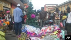 Les libériens se procurent des articles de Noël dans un marché improvisé à Monrovia, au Libéria, 24 décembre 2014.