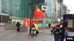 有台湾民众在台北101大楼前展示五星旗