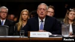 Jenderal purnawirawan Korps Marinir AS, James Mattis, bersaksi dalam sidang dengar pendapat pencalonannya menjadi menteri pertahanan di Kongres, Washington (12/1). (Reuters/Jonathan Ernst)