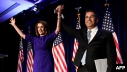 Anggota DPR Partai Demokrat, Ben Ray Lujan (kanan), dan Pemimpin Minoritas DRP Nancy Pelosi merayakan kemenangan Partai Demokrat menguasai DPR AS, di Washington D.C., 7 November 2018. (Foto: AFP)