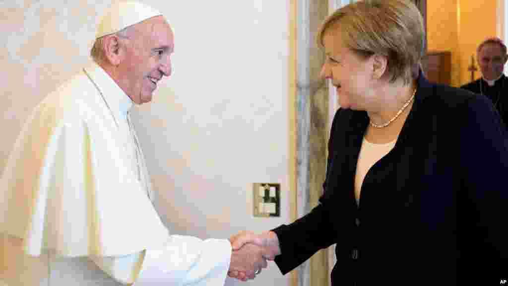 La chancelière allemande Angela Merkel et le pape François, le 17 juin 2017, au Vatican.