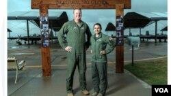 Thiếu tá Nick Harris (người có chiều cao chạm mức tối đa 6 foot 4 inch - 1m83) và Đại úy Jessica Wallander (người có chiều cao dưới mức tối thiểu, Wallander chỉ cao 5 foot 2 inch – 1m57). (Hình: Trích xuất từ www.stripes.com)