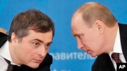 Rusiya prezidenti Vladimir Putin müşaviri Vladislav Surkovla məsləhətləşir.