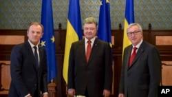 Presiden Ukraina Petro Poroshenko (tengah) bersama Presiden Dewan Eropa Donald Tusk (kiri) dan Presiden Komisi Eropa, Jean-Claude Juncker di Kyiv, Ukraina, Senin (27/4).