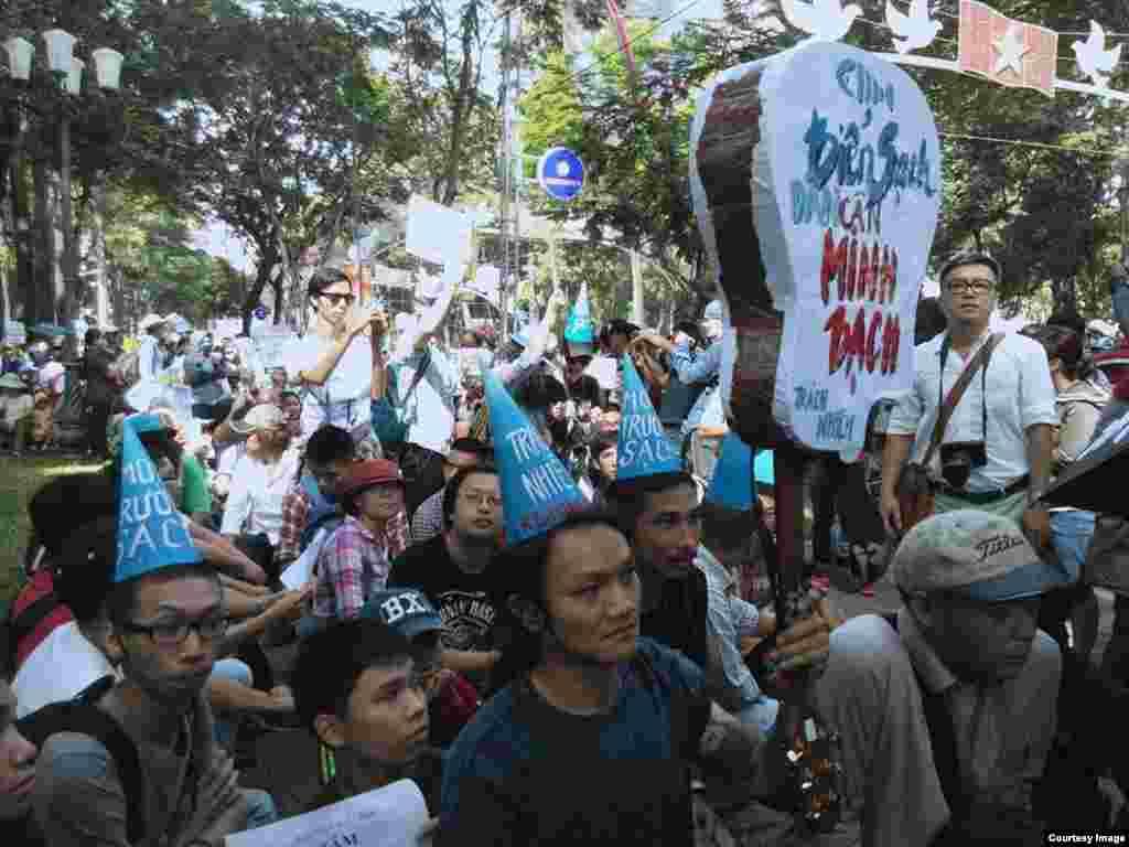 Người biểu tình tập hợp ở Công viên 30/4 ở trung tâm Sài Gòn.