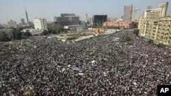 埃及成千上万抗议者在首都开罗胜利广场示威游行