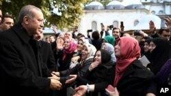 2일 조기 총선에서 승리한 레제프 타이이프 에르도안 대통령(왼쪽)이 이스탄불 이슬람 회당에서 열린 아침 기도회에서 지지자들과 만나고 있다.