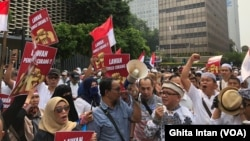 Bawaslu RI dituntut untuk melakukan investigasi terkait dugaan kecurangan dalam Pemilu 2019 oleh sejumlah massa di Jakarta, Jumat (10/5) (foto: VOA/Ghita Intan)