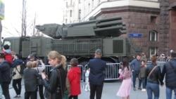 俄在中国门前大阅兵展示超级巨炮等新式武器