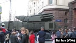 """2019年5月二戰勝利紅場閱兵綵排時,在莫斯科街頭的""""鎧甲-S1""""防空系統。"""