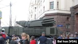 """今年5月二战胜利红场阅兵彩排时,在莫斯科街头的""""铠甲-S1""""防空系统,俄罗斯在中国已发现这种武器的盗版"""