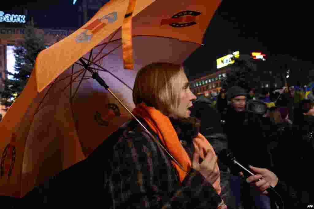 """На несанкционированный митинг украинцы старались прихватить вещи времен """"оранжевой революции"""""""