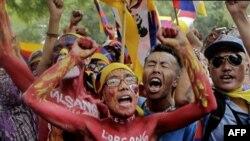 Người Tây Tạng lưu vong sơn tên của các nhà sư tự thiêu lên người trong cuộc biểu tình chống Trung Quốc tại New Delhi, Ấn Độ, ngày 21/10/2011