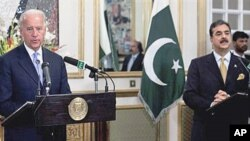 US Vice President Joe Biden (l) addresses a news conference with Pakistan's Prime Minister Yusuf Raza Gilani at the Prime Minister's residence in Islamabad, 12 Jan 2011