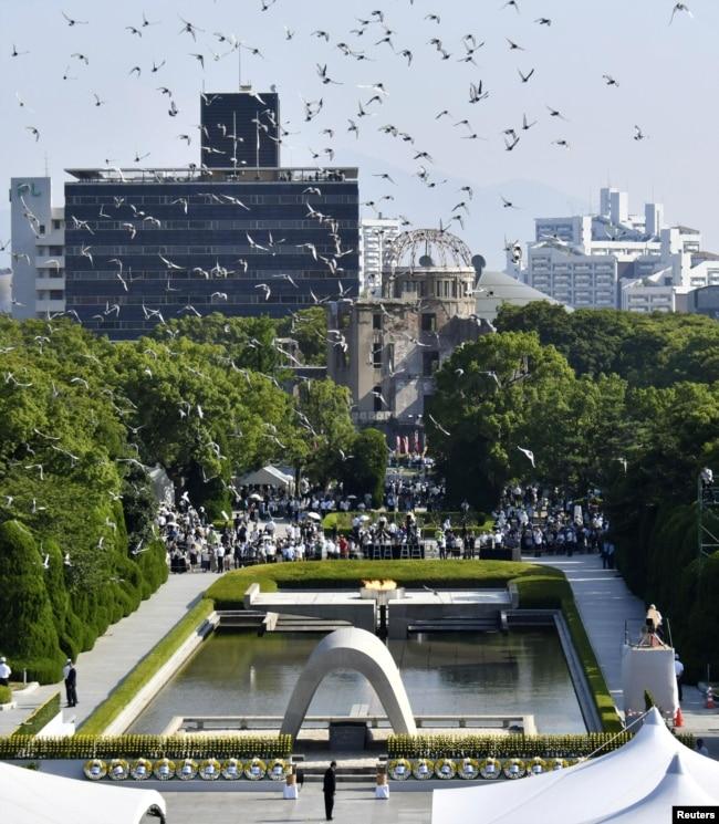 Palomas vuelan sobre el Parque del Recuerdo en Hiroshima, Japón, el 6 de agosto de 2018.