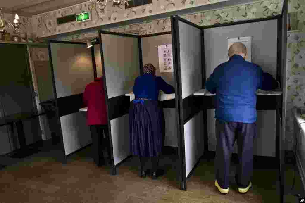 مردم هلند در رای گیری پارلمانی، به حزب حاکم میانه رو رای دادند. در این انتخابات حزب راستگرای ضد مهاجرت تلاش زیادی کرد اما موفق نشد.