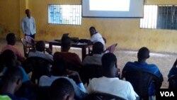Des jeunes suivent une formation en Guinee.