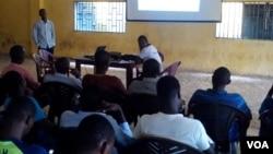 Des jeunes suivent une formation sur Ebola en Guinee.