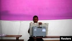 4月6日印度北部阿萨姆邦的一名选举官员在投票机旁