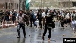 Người biểu tình ném đá vào lực lượng an ninh ở Kabul, Afghanistan, ngày 2/6/2017.