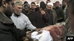 Rodjaci se okupili oko tela ekstremiste Hamasa ubijenog u izraelskom vazdušnom napadu na jedan logor za obuku