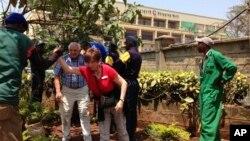 肯尼亞首都內羅畢一處高檔購物中心遭到襲擊,警察和其他人員幫助顧客逃離現場。
